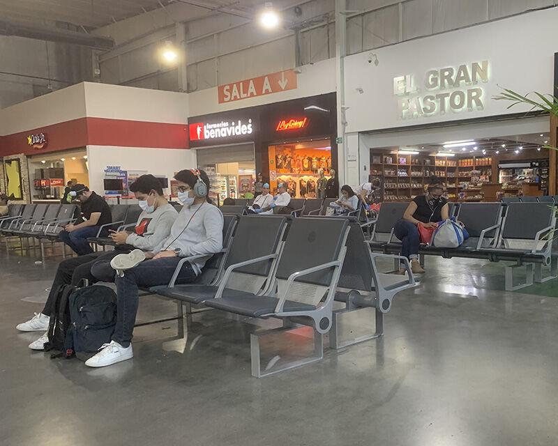 personas esperando aeropuerto covid coronavirus mascarillas